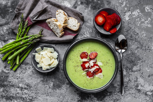 Green asparagus cream soup with strawberry, parmesan and baguette - SARF03878