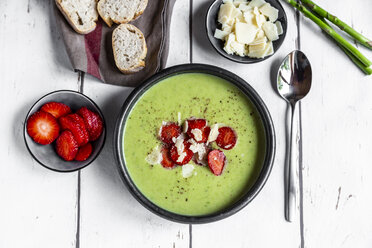 Green asparagus cream soup with strawberry, parmesan and baguette - SARF03881