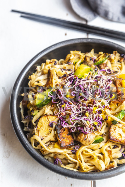 Mie noodles with tofu, zucchini, maize and red sprouts - SARF03886
