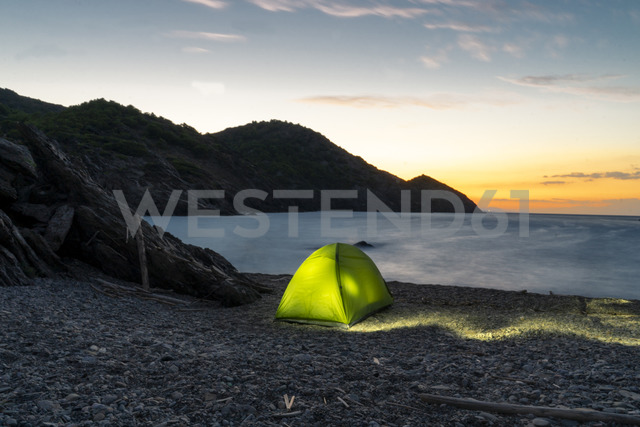 Spain, Catalonia, Costa Brava, green tent at stony beach in the evening - AFVF01374 - VITTA GALLERY/Westend61