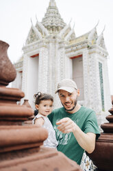 Thailand, Bangkok, Wat Arun, Father and daughter visiting the Buddhist temple - GEM02249