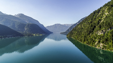 Austria, Tyrol, Lake Achensee in the morning, View to Klobenjoch, Hochiss and Seekarspitze - AIF00548