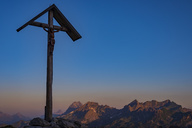 Germany, Bavaria, Allgaeu, Allgaeu Alps, field cross at Lake-Rappensee in the evening light - WGF01215