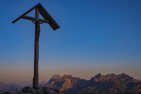 Germany, Bavaria, Allgaeu, Allgaeu Alps, field cross at Lake-Rappensee in the evening light - WGF01215