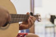 Man playing guitar - AFVF01400