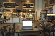 Laptop with blank screen in coffee shop - GUSF01208