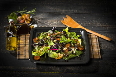 Leaf lettuce with steamed plums, champignons, almonds and cress - MAEF12708