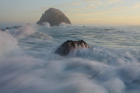 Seascape with breaking waves over rocks at dusk. - MINF08907