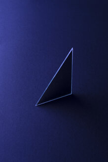 Triangle shaped mirror on dark blue ground, 3D Rendering - DRBF00083