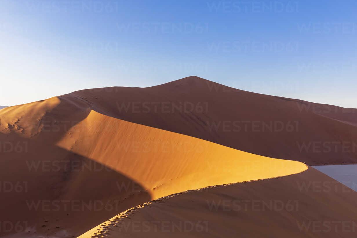 Africa, Namibia, Namib desert, Naukluft National Park, tourists on sand dune 'Big Daddy' - FOF10105 - Fotofeeling/Westend61