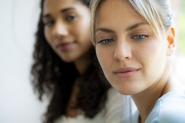 Portrait of two female freinds - HHLMF00343