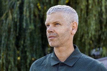 Portrait of a mature man outdoors looking sideways - TCF05688