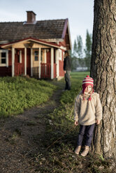 Finland, Kuopio, little girl with mother at a cottage in the countryside - PSIF00032