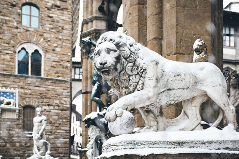 Italy, Florence, snow-covered lion statue - MGIF00210