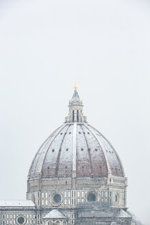 Italy, Florence, snow-covered dome of Basilica di Santa Maria del Fiore - MGIF00222