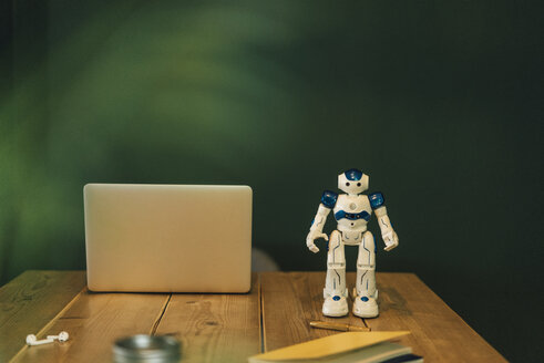 Toy robot and laptop on work table - GUSF01250