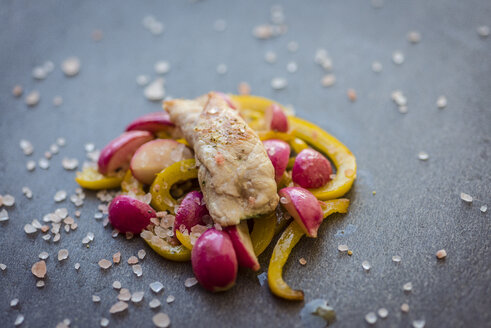 Grilled chicken with yellow bell peppers and red radishes - RAMAF00020