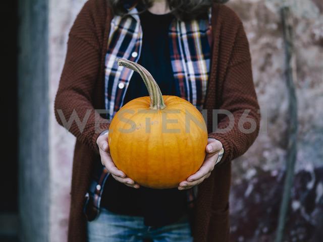 Woman's hands holding big pumpkin - RAMAF00062 - Raffaele Mariotti/Westend61