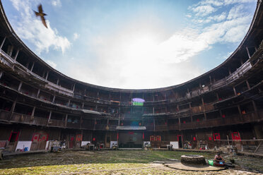 China, Fujian Province, inner courtyard of a tulou in a Hakka village - KKAF01499