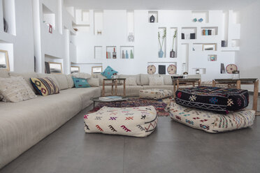 Morocco, Room with cushions, couch and interior decoration - MMA00523