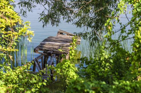 Germany, Brandenburg, Werder, Grosser Zernsee, old wooden boardwalk - FRF00722