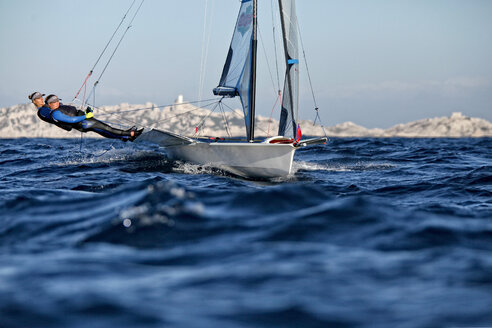 49erFX pair Sarah Steyaert and Julie Bossard training during a sunny and windy day in Marseille, France. - AURF02923