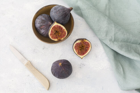 Sliced and whole fresh figs, kitchen knife and cloth - JUNF01219