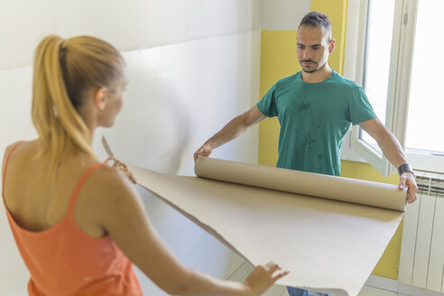 Couple preparing room at new home for renovation - FBAF00020