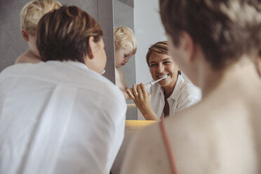 Lesbian couple and their little son getting ready for their day in the bathroom - MFF04446