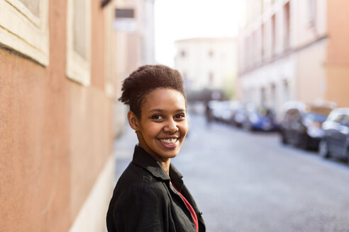 Portrait of smiling young woman in the city - GIOF04271