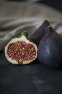 Whole and sliced figs - JES00144