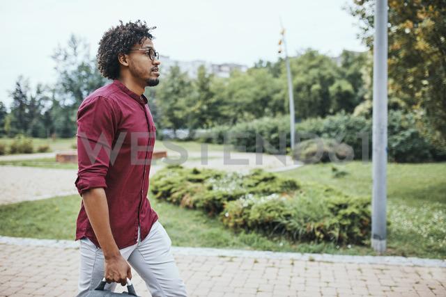 Young man going to work, carrying bag - ZEDF01505 - Zeljko Dangubic/Westend61