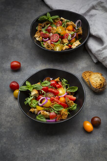 Panzanella made of roasted Ciabatta, rocket, red onions, tomatoes and basil - LVF07408