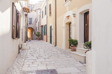 Italy, Molise, Termoli, Old town, empty alley - FLMF00029