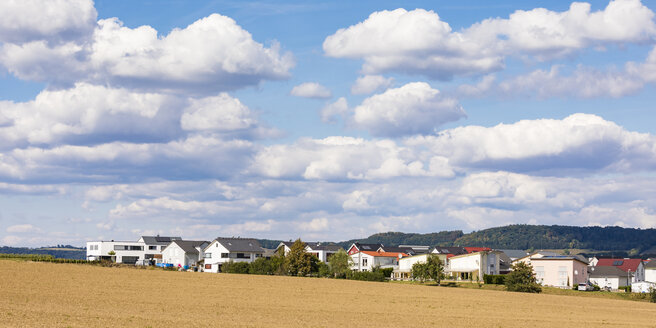 Germany, Baden-Wuerttemberg, Suessen, panoramic view of field and modern houses - WDF04832