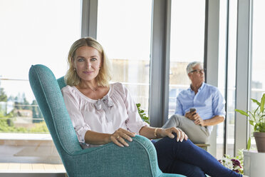 Portrait of mature couple relaxing at home - RBF06550