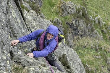 UK, Lake District, Longsleddale valley, Buckbarrow Crag, man climbing in rock wall - ALRF01270