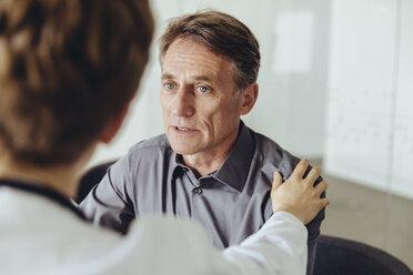 Female doctor calming worried patient - MFF04494