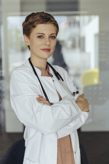 Portrait of a confident female doctor, with arms crossed - MFF04509
