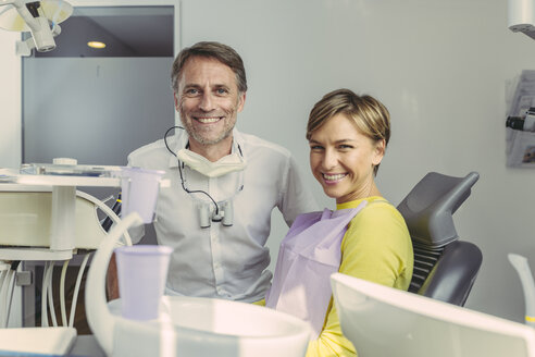 Dentist and patient smiling at camera, portrait - MFF04557