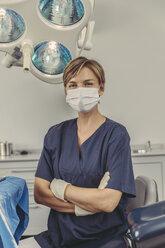 Dental surgeon wearing surgical mask, portrait - MFF04578