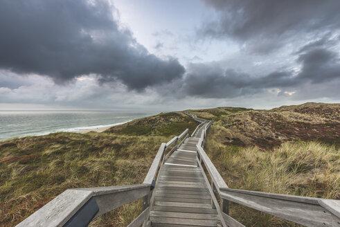 Germany, Schleswig-Holstein, Sylt, Wenningstedt, boardwalk to the beach - KEBF00920