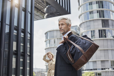 Germany, Duesseldorf, portrait of fashionable mature businessman with travelling bag - RORF01533