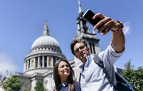UK, London, couple taking a selfie near St. Paul's Cathedral - MGOF03773