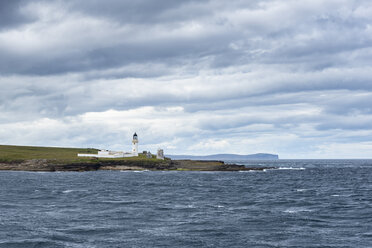Great Britain, Scotland, Isle of Stroma, Lighthouse, Pentland Firth, Dunnet Head in the background - ELF01915