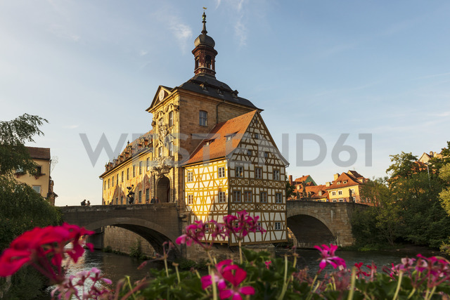 Germany, Bavaria, Upper Franconia, Bamberg, Old townhall, Obere Bruecke and Regnitz river - LHF00576