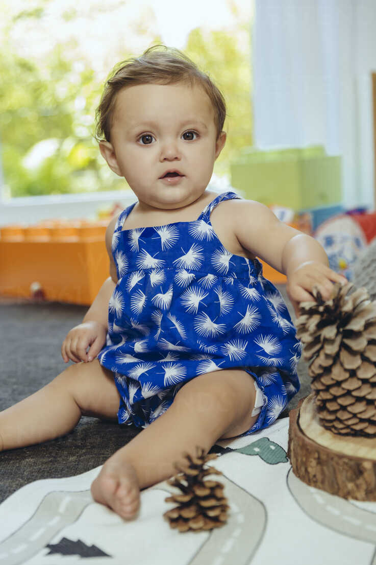 Portrait of baby girl sitting at home - MFF04685 - Mareen Fischinger/Westend61