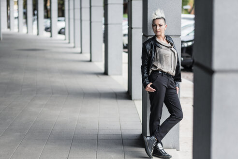 Portrait of punk woman leaning against a column - GIOF04412