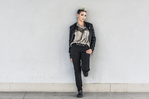Portrait of punk woman leaning against a wall - GIOF04421