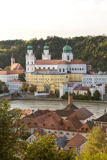Germany, Bavaria, Passau, St. Stephen's Cathedral and Inn River - JUNF01286